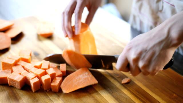 würfeln sie süßkartoffel in küche - geschält stock-videos und b-roll-filmmaterial