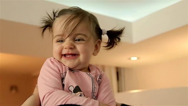carino adorabile bambina in braccio padre - soltanto neonati video stock e b–roll