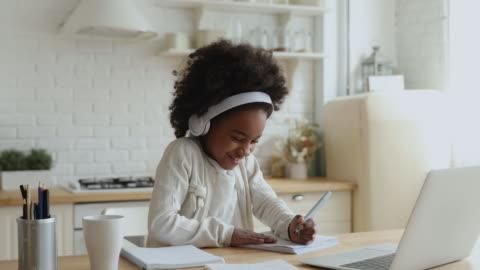 carina studentessa africana elearning con tutor online a casa - imparare video stock e b–roll