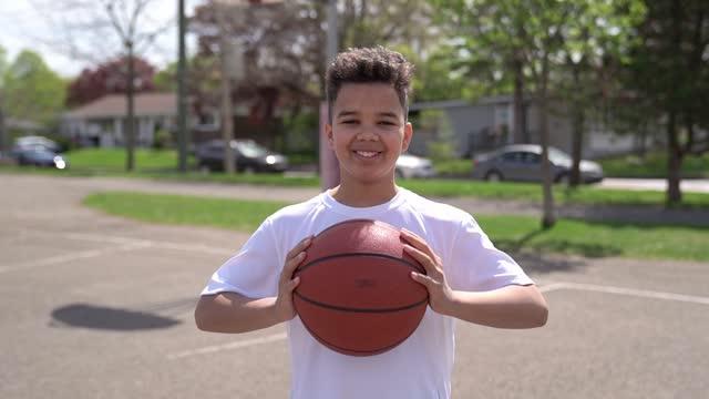 vídeos de stock, filmes e b-roll de jogadores afro-americanos bonitos jogando basquete ao ar livre - infância