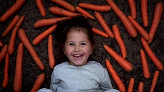 niedliches und liebenswertes veganes kind - karotte peace stock-videos und b-roll-filmmaterial