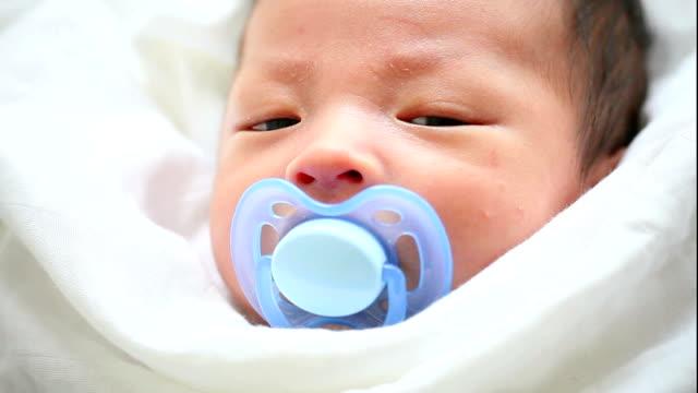 vídeos de stock, filmes e b-roll de bebê fofo asiática com chupeta - bico