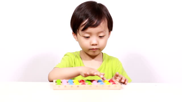 söt asiatiska barn göra aritmetiska - abakus bildbanksvideor och videomaterial från bakom kulisserna