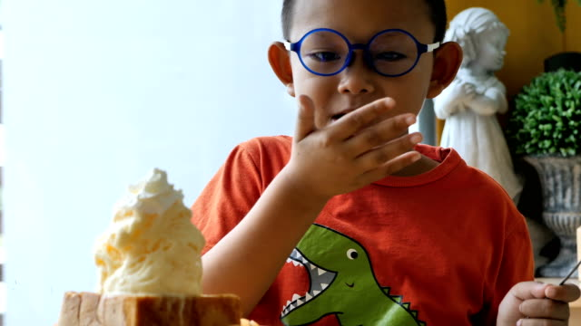 vídeos de stock, filmes e b-roll de crianças asiáticas bonitos felizes comem sorvete no restaurante - comida feita em casa