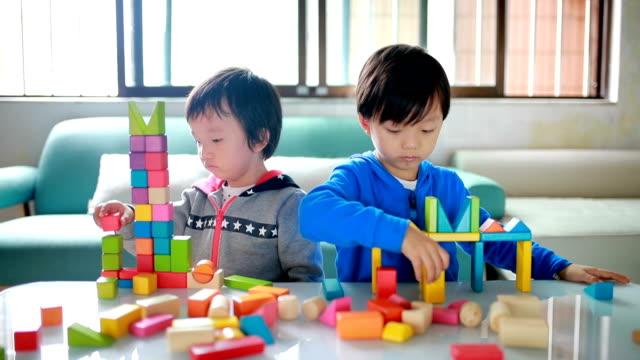 Jolie asiatique enfants jouant avec des blocs - Vidéo
