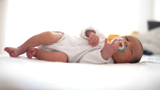 vídeos de stock, filmes e b-roll de menino bonito, dormindo de manhã - bico