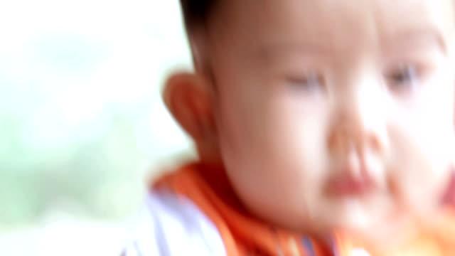 carino bambino ragazzo - solo neonati maschi video stock e b–roll