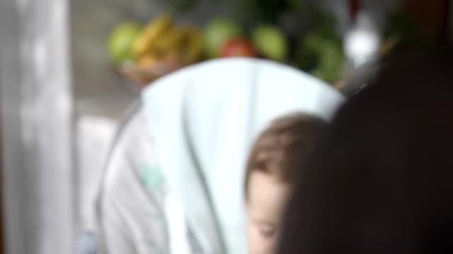 Niedliche Baby festen Nahrung zu essen, im Hochstuhl – Video
