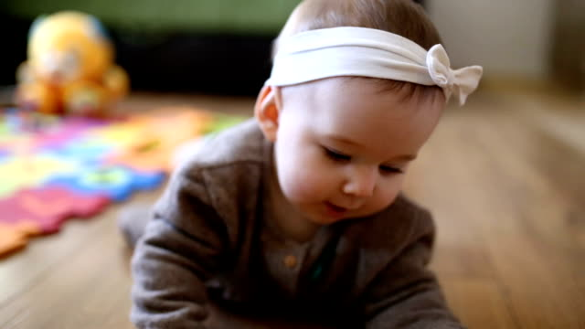 vídeos de stock e filmes b-roll de cute baby girl crawling in living room - super baby