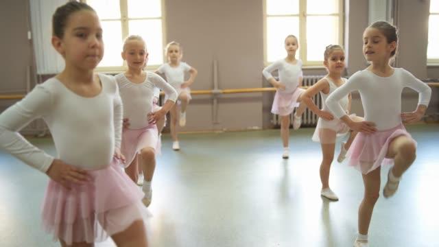 stockvideo's en b-roll-footage met cute ballerina's op ballet klasse - dansstudio