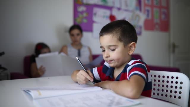 söt pojke lärande i skolan - stavning bildbanksvideor och videomaterial från bakom kulisserna