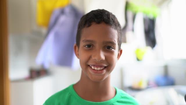 ランドリーでかわいい男の子の肖像画 - ブラジル文化点の映像素材/bロール