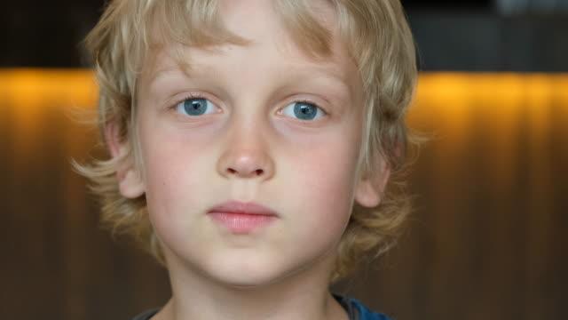 söt pojke - människohuvud bildbanksvideor och videomaterial från bakom kulisserna