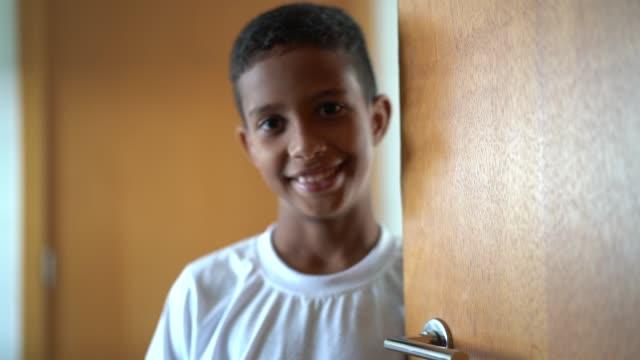 vídeos y material grabado en eventos de stock de chico lindo acogedor y puerta de apertura - servicios sociales
