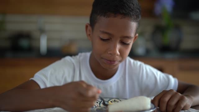 vídeos de stock, filmes e b-roll de bonito rapaz brasileiro comendo tapioca como o pequeno-almoço - nordeste