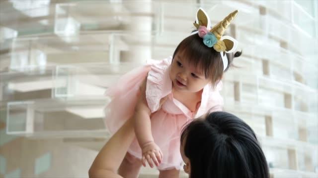 vídeos y material grabado en eventos de stock de lindo caucásica niño niña que levantó en el aire en la fiesta de cumpleaños de fantasía - niñas bebés
