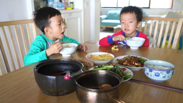 Nettes Kind genießen Mittagessen – Video