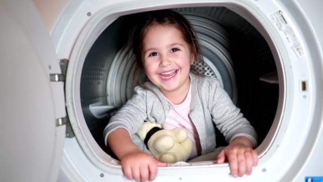 洗濯機で楽しいかわいい子供 - 楽しい 洗濯点の映像素材/bロール