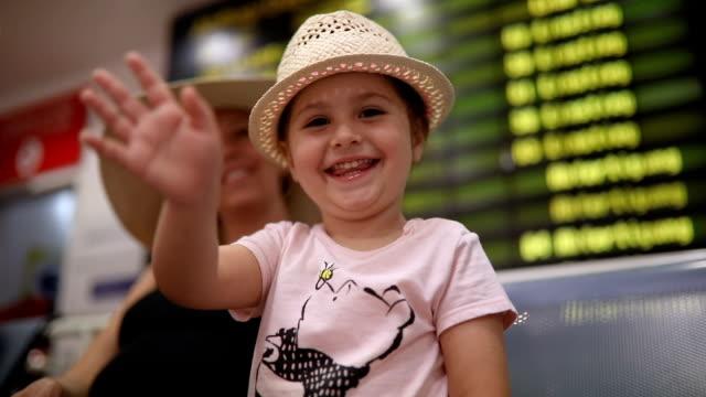 かわいい子にキスをし、手を振って空港 - 分離点の映像素材/bロール