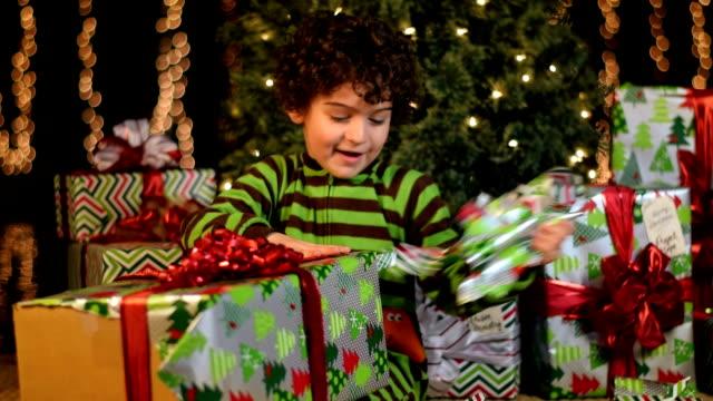 かわいい子 unwraps クリスマスのご提示が必要です。 - クリスマスプレゼント点の映像素材/bロール