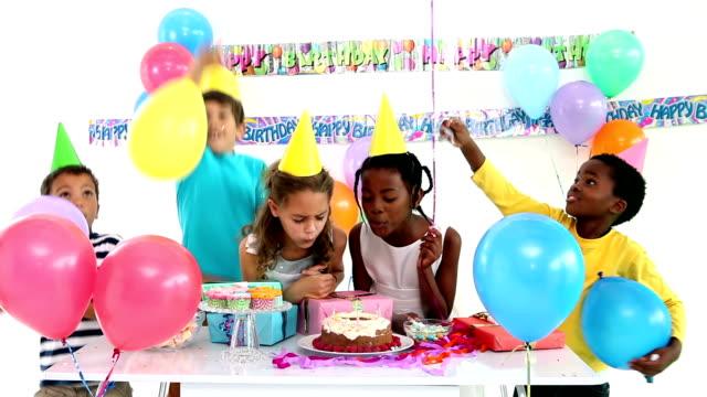 Linda niños de celebrar un cumpleaños juntos - vídeo