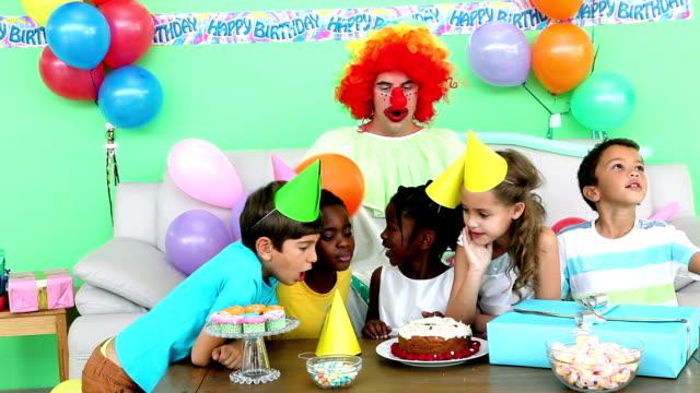 Linda niños que celebra cumpleaños con un payaso - vídeo