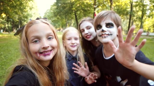 słodkie dzieci na sobie kostiumy halloweenowe making selfie - four seasons filmów i materiałów b-roll