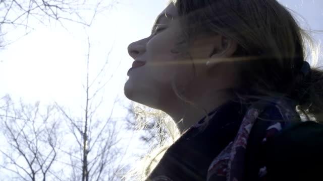 vidéos et rushes de joli bouclés fille marche dans le parc - croustillant