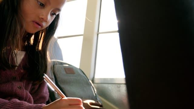 vídeos y material grabado en eventos de stock de linda colegiala elemental en el autobús escolar - autobuses escolares