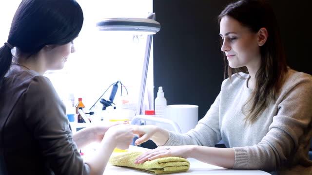 Niedlich erfahrenen Mädchen in den Salon für die Nägel – Video