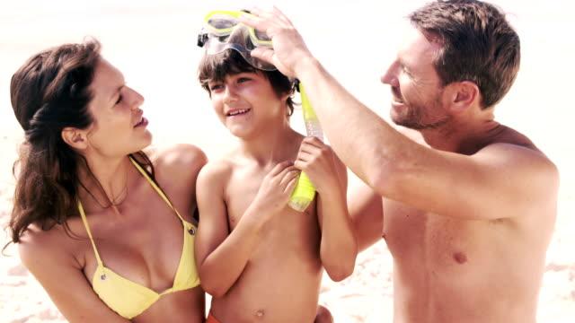 söta familjen ha roligt på stranden - 30 39 år bildbanksvideor och videomaterial från bakom kulisserna
