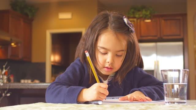 cute girl does homework - çalışma kitabı stok videoları ve detay görüntü çekimi