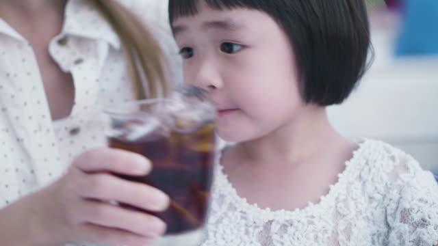 vídeos y material grabado en eventos de stock de linda chica bebiendo refrescos de cola - cola gaseosa