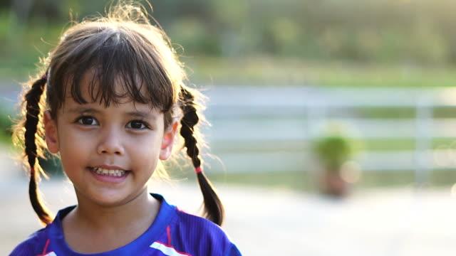 stockvideo's en b-roll-footage met schattig meisje uit gelukkig lachend. - portrait background