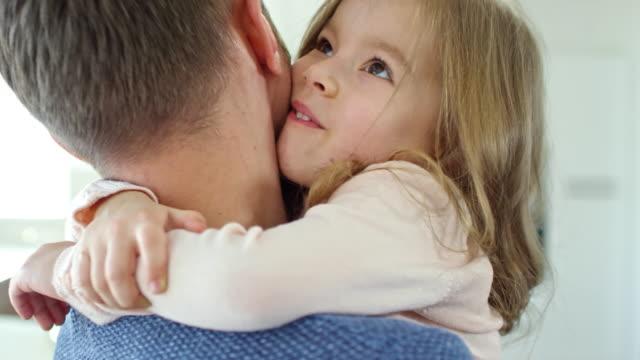 vídeos de stock, filmes e b-roll de linda garota abraçando pai - pai e filha