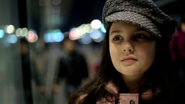 Niedliche Mädchen in promenade  – Video