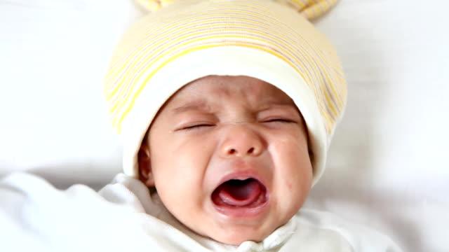 vídeos de stock, filmes e b-roll de linda garota está a chorar sobre uma cama - novo bebê