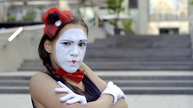 かわいい女の子 mime 怪しいカメラを見て胸から手を交差させる - グリースペイント点の映像素材/bロール