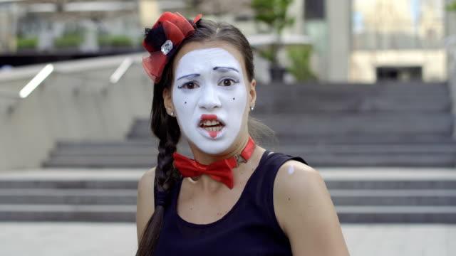 かわいい女の子 mime から何か怖い - グリースペイント点の映像素材/bロール