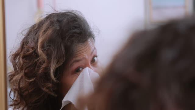 vidéos et rushes de cute girl prépare à appliquer composent - fard à paupières