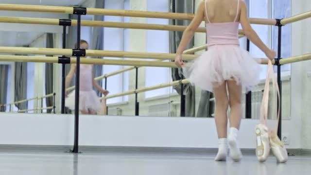 vídeos de stock e filmes b-roll de cute girl starting ballet lesson - tule têxtil