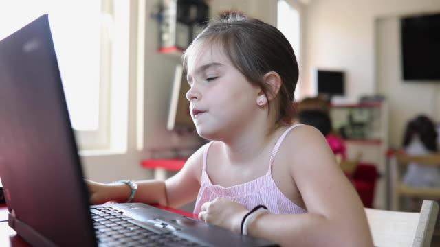 stockvideo's en b-roll-footage met schattig meisje met laptop in privéschool - schooljongen