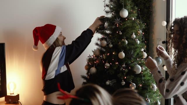 Niedlichen Mädchen schmücken Weihnachtsbaum – Video