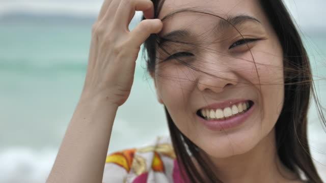 ビーチに笑顔かわいい日本人女性 - テレビ会議 日本人点の映像素材/bロール