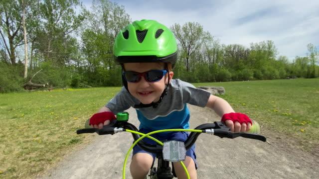 bambini carini in bicicletta nella foresta - percorso per bicicletta video stock e b–roll