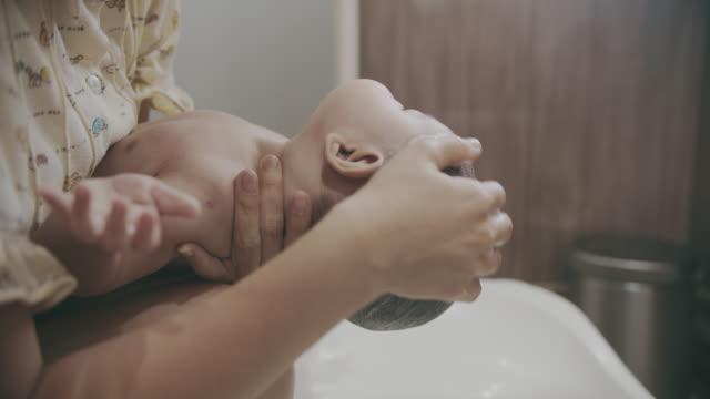 söt liten pojke tar ett bad i badkaret - japanese bath woman bildbanksvideor och videomaterial från bakom kulisserna