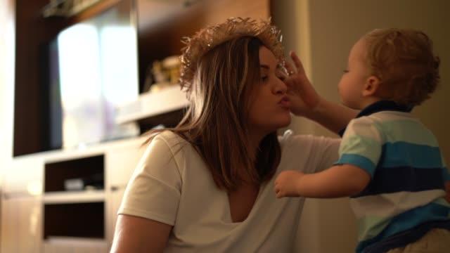 家でお母さんと一緒に一日を楽しんでかわいい赤ちゃん - 母の日点の映像素材/bロール
