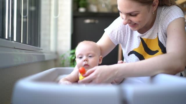 söt liten bebis tar en dusch - baby bathtub bildbanksvideor och videomaterial från bakom kulisserna
