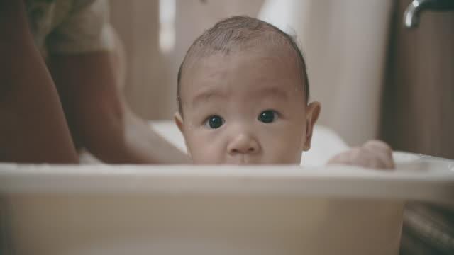 söt liten bebis tar en dusch med sin mamma - japanese bath woman bildbanksvideor och videomaterial från bakom kulisserna