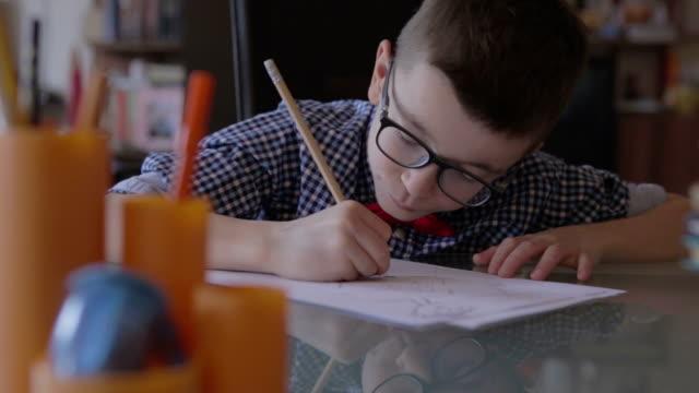 かわいい小さな男の子が宿題をし ビデオ